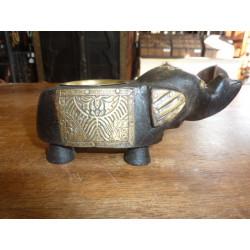Piccola statua di Buddha seduto in resina